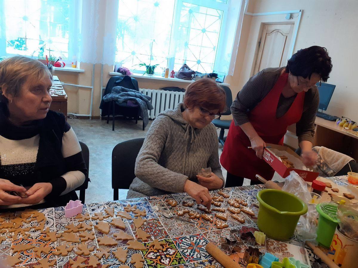 Skuodiškiai gamino kalėdinį sausainių namelį