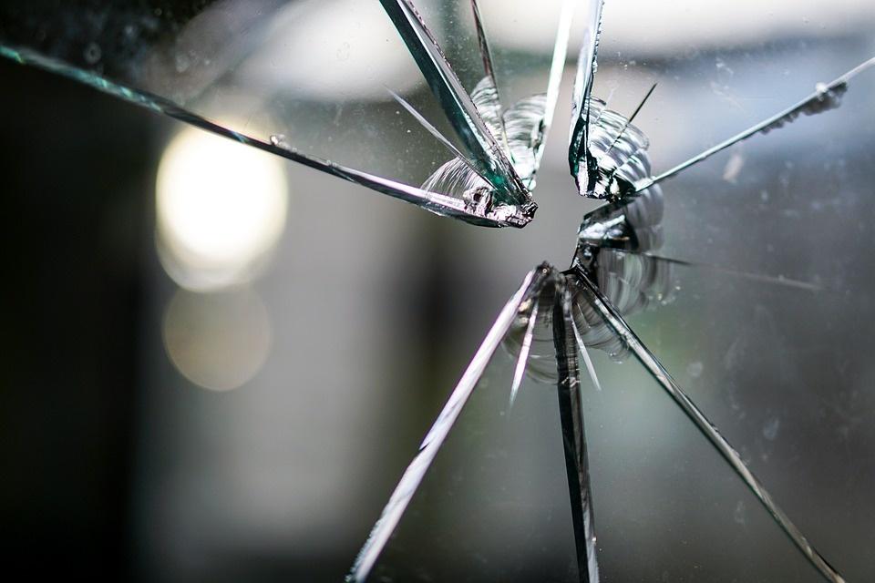 Vilniuje buvo peršautas pastato lango stiklas