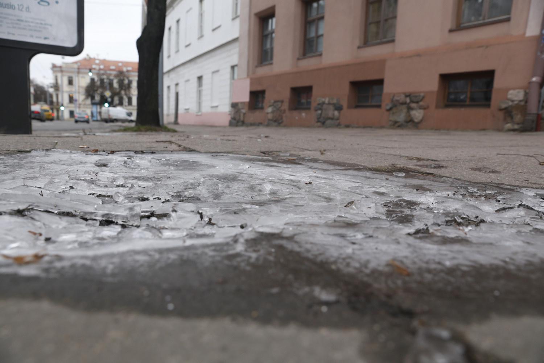 Kelininkai perspėja: visoje Lietuvoje yra slidžių kelių ruožų