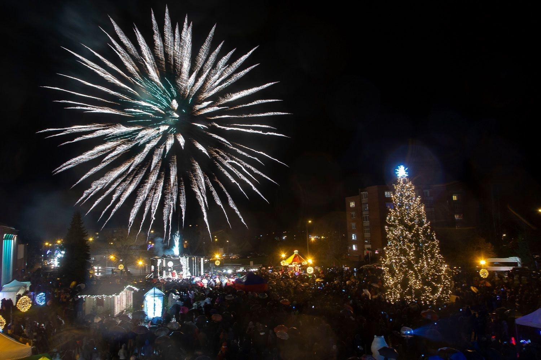Ne tik Klaipėdoje, bet ir Utenoje įžiebta tikra Kalėdų eglė