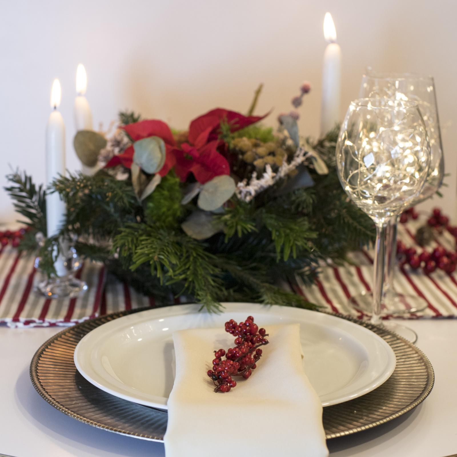 Kalėdinio stalo dekoravimo tradicija yra kur kas senesnė nei eglės puošimas