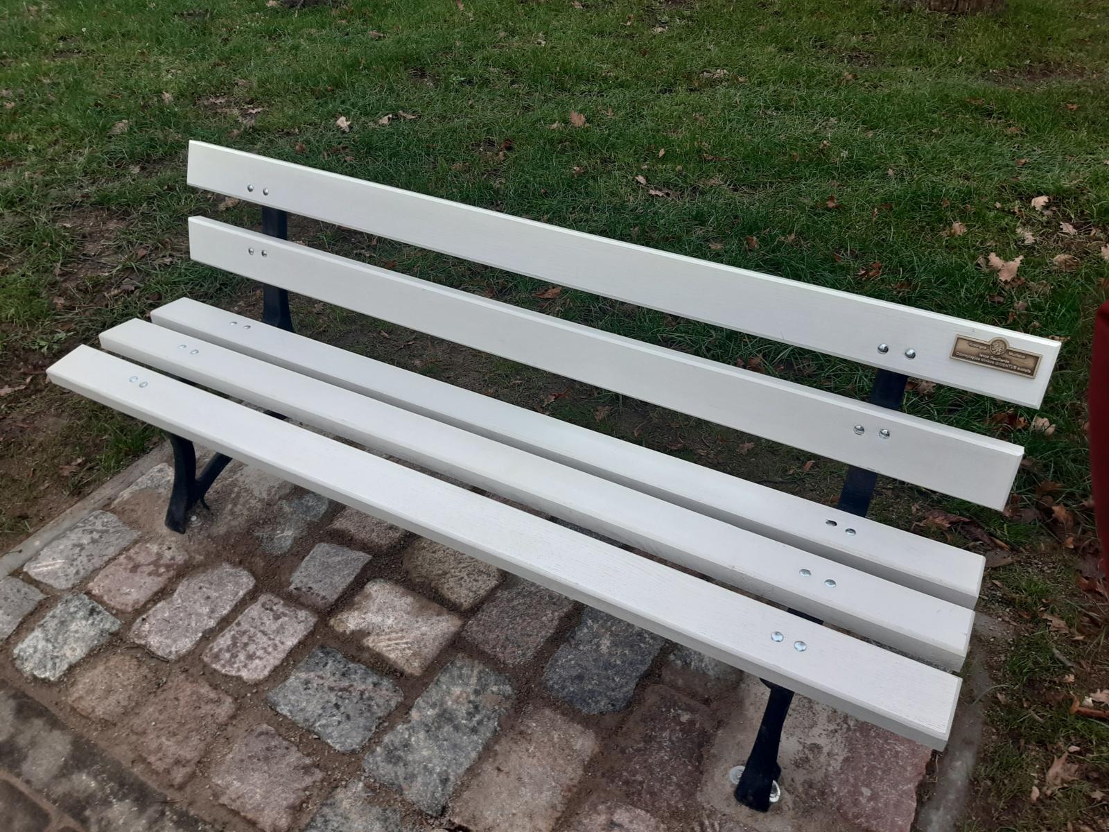 Kretingos dvaro parke įrengti nauji vardiniai suoliukai