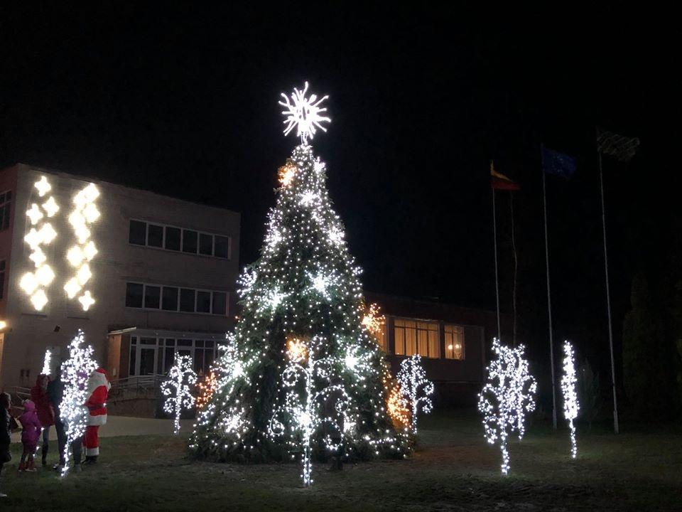 Žavinga Kalėdų eglė sužibo Klausučiuose