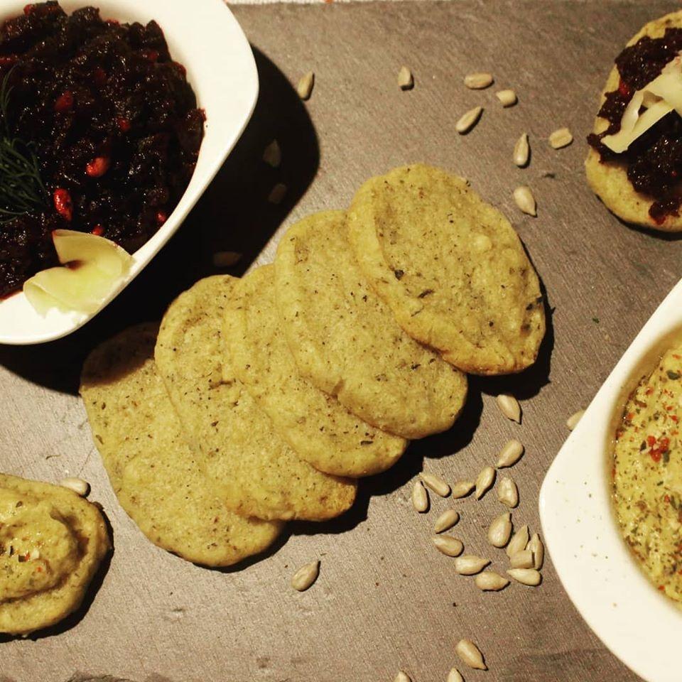 Naminiai krekeriai su parmezanu puikiai tiks Kalėdų stalui
