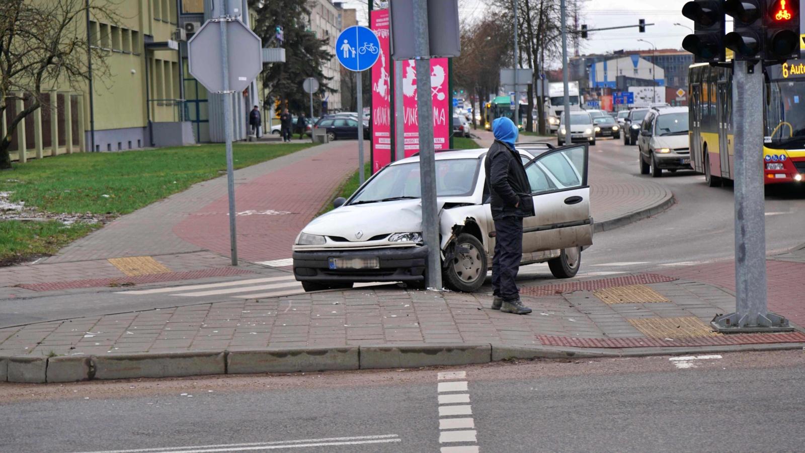 Automobilis trenkėsi į gatvės apšvietimo stulpą