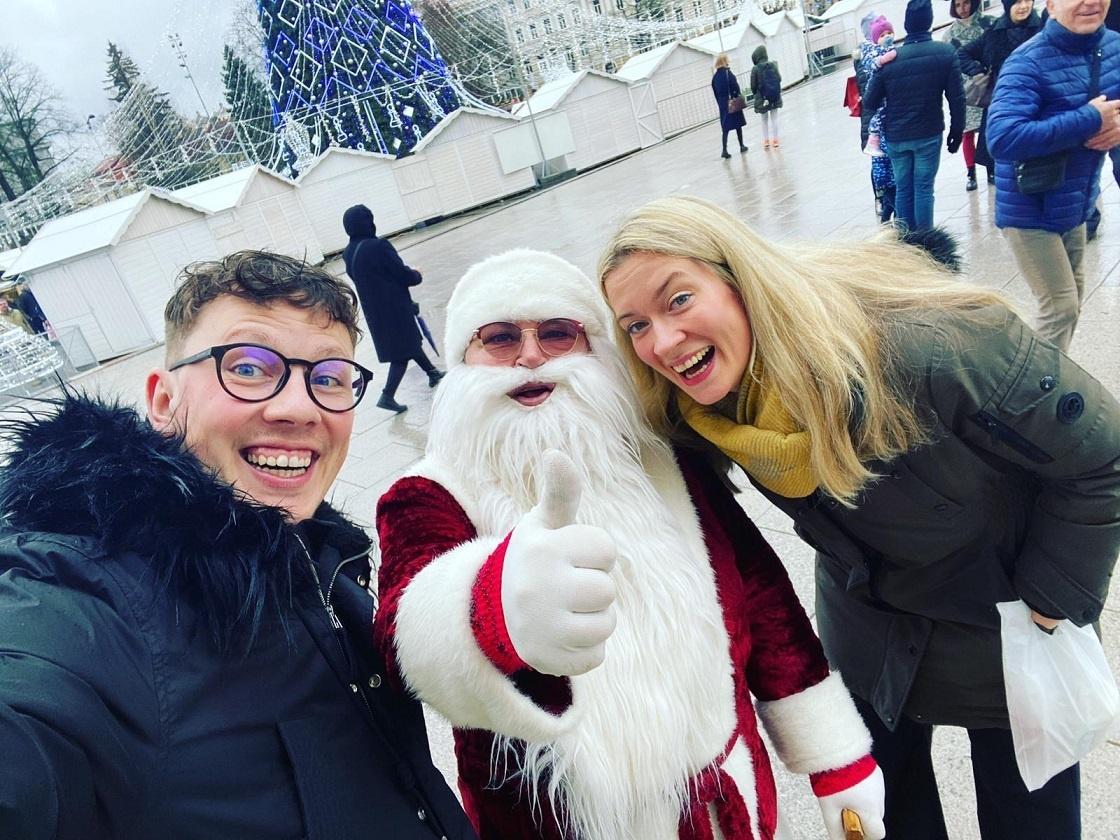 Lietuvoje Kalėdas sutikusią britų žvaigždę Lizzie Ball sužavėjo kisielius, silkė ir kūčiukai
