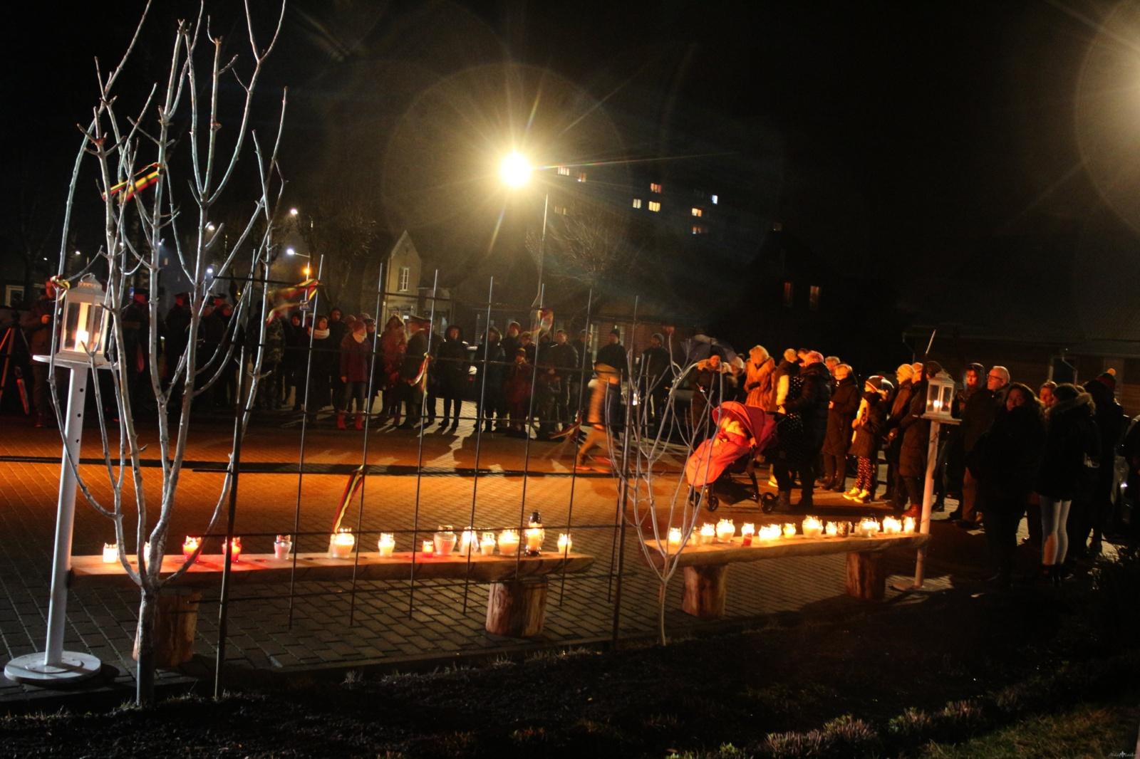 Gausiai susirinkusieji prie Jurbarko kultūros centro pagerbė laisvės gynėjų aukas