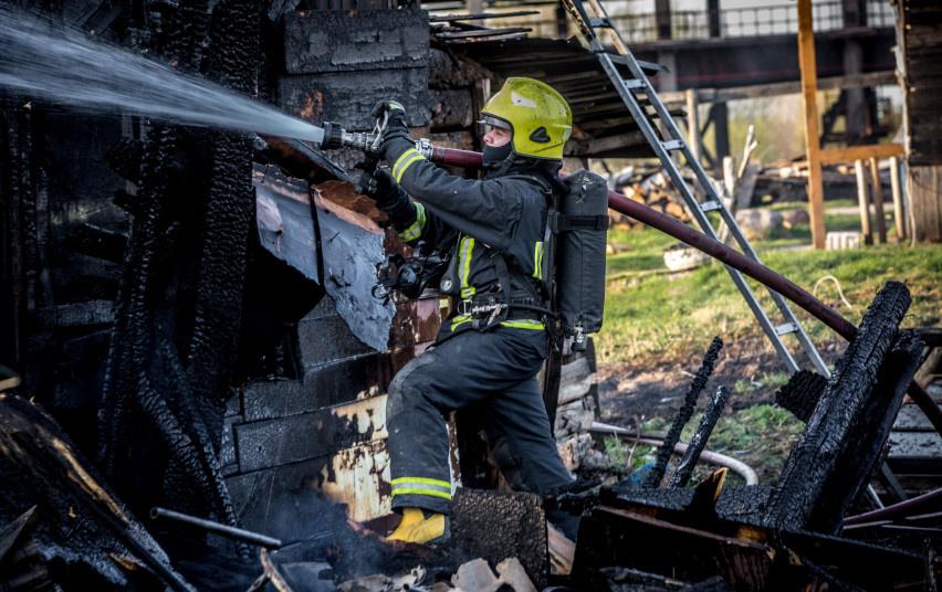 Pakruojo rajone degė namas