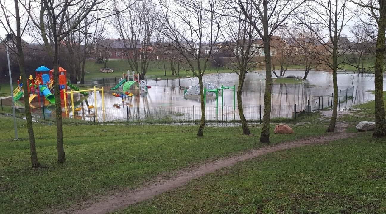 Kretingoje vaikų žaidimo aikštelę galima pasiekti tik valtimi?