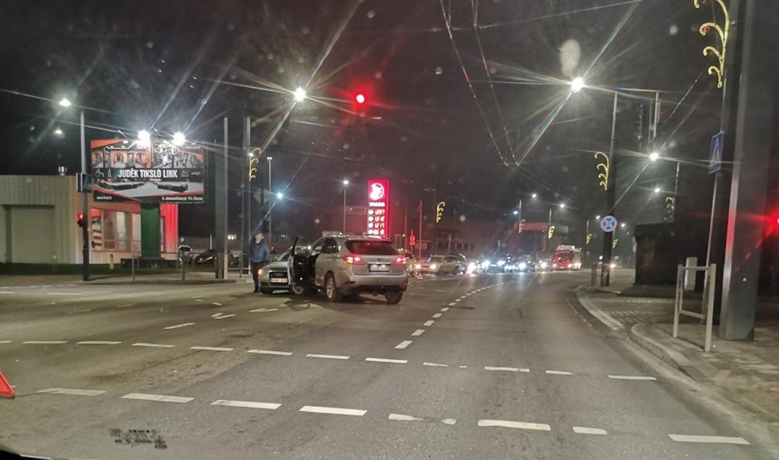 """A. Juozapavičiaus prospekte """"Audi"""" ir """"Lexus"""" susidūrimas"""