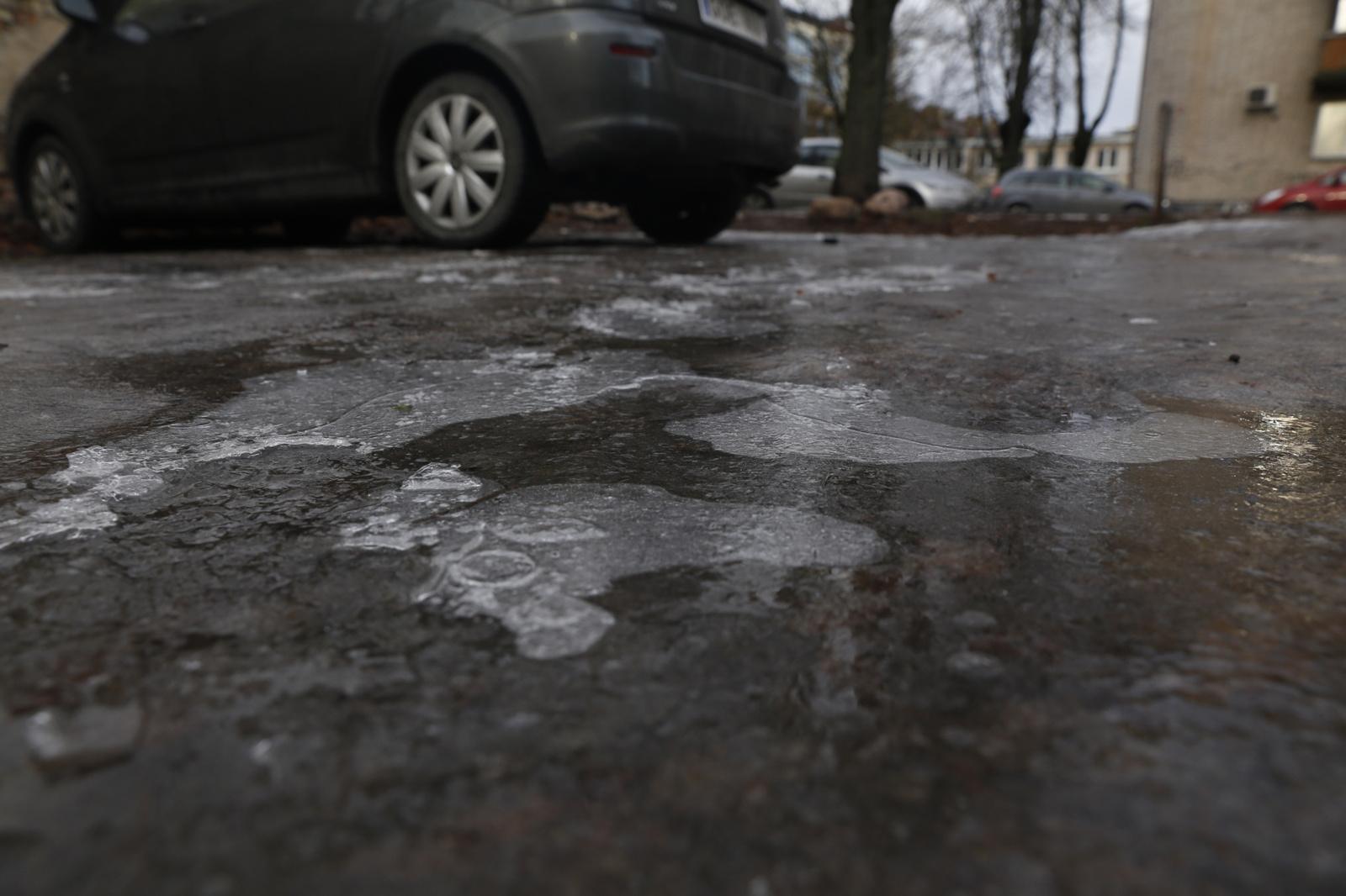 Kelininkai perspėja: rajoniniuose keliuose yra slidžių ruožų, kai kur plikledis