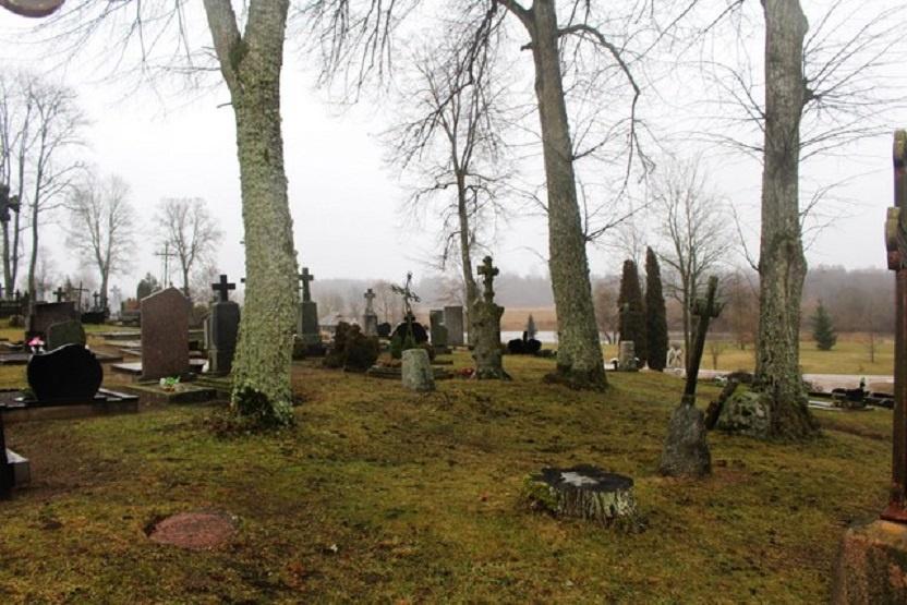 Atrastas Viekšnių senųjų kapinių buvusios koplyčios kertinis akmuo