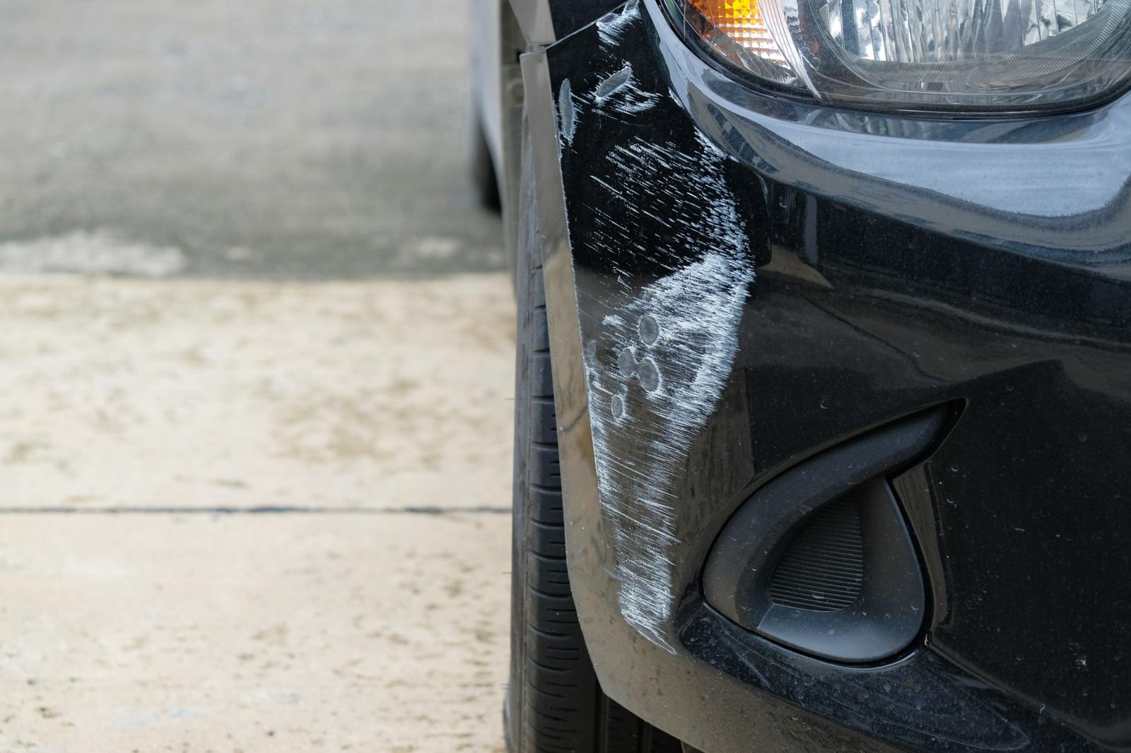 Draudikai įspėja: įbrėžę kitą automobilį, neskubėkite palikti įvykio vietos
