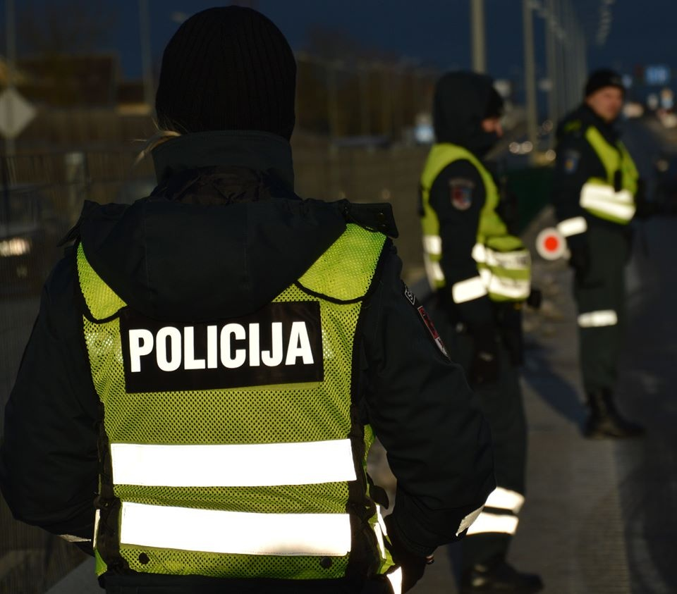 Pareigūnai sulaikė vyrą su, įtariama, narkotinėmis medžiagomis