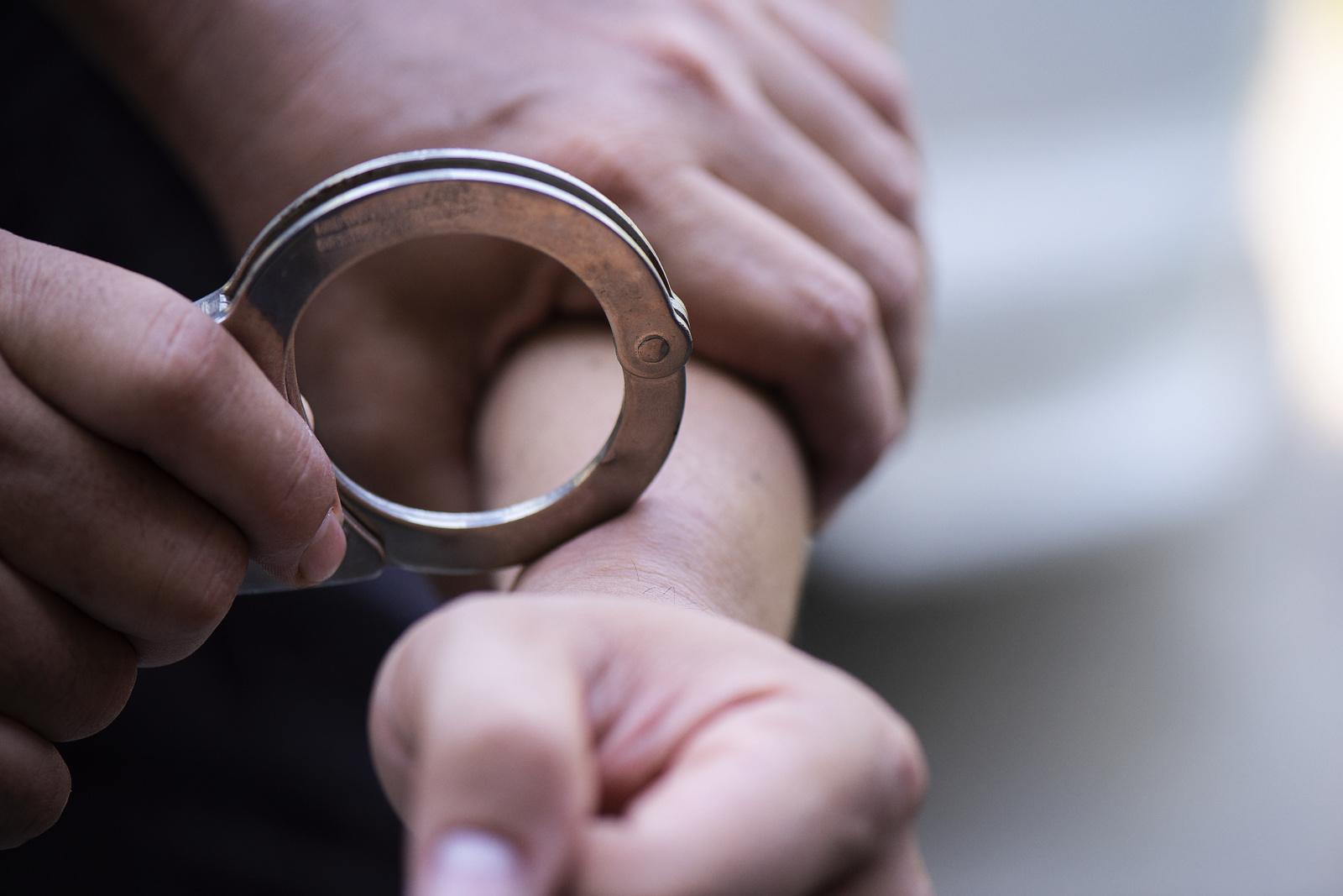 Teismas leido trims mėnesiams suimti policininkę peiliu sužaloti bandžiusį vyrą