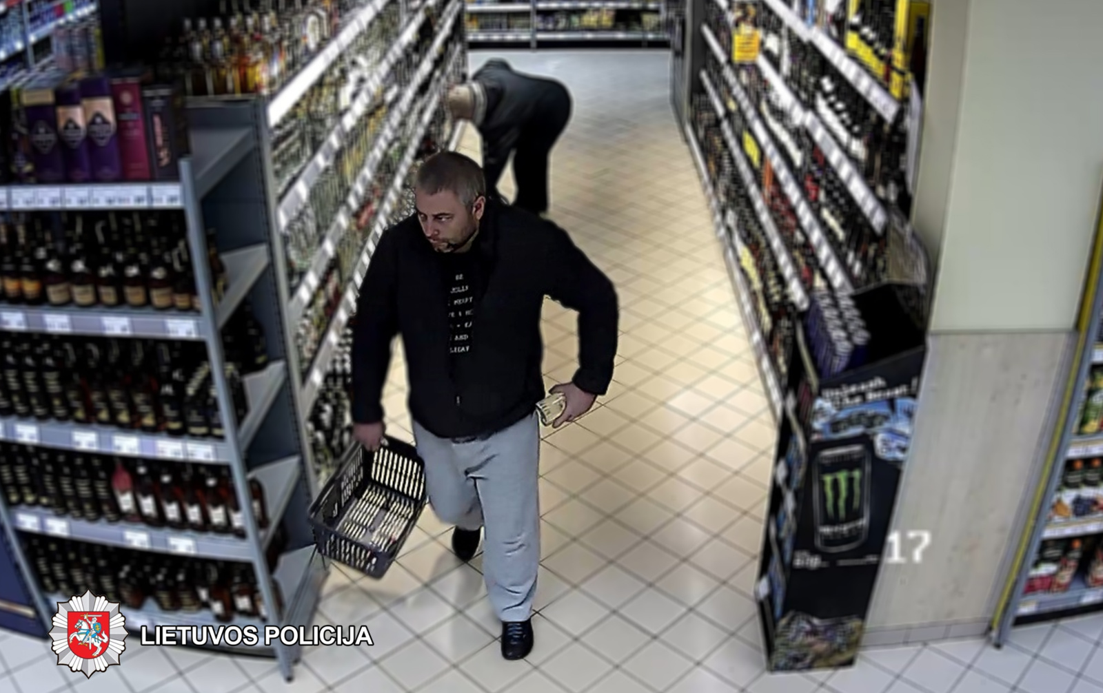 Panevėžyje iš parduotuvės vyras pavogė alkoholio butelių: jo ieško policija