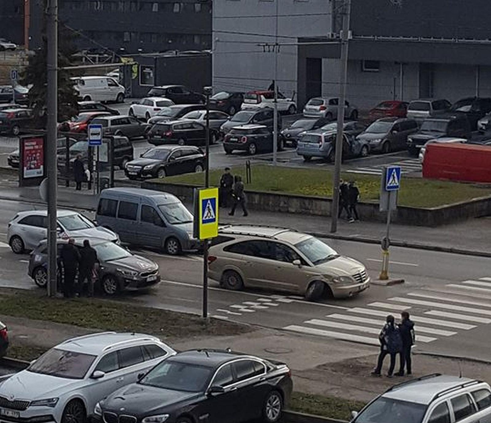 Kaune per avariją nukentėjo vairuoti besimokiusi mergina