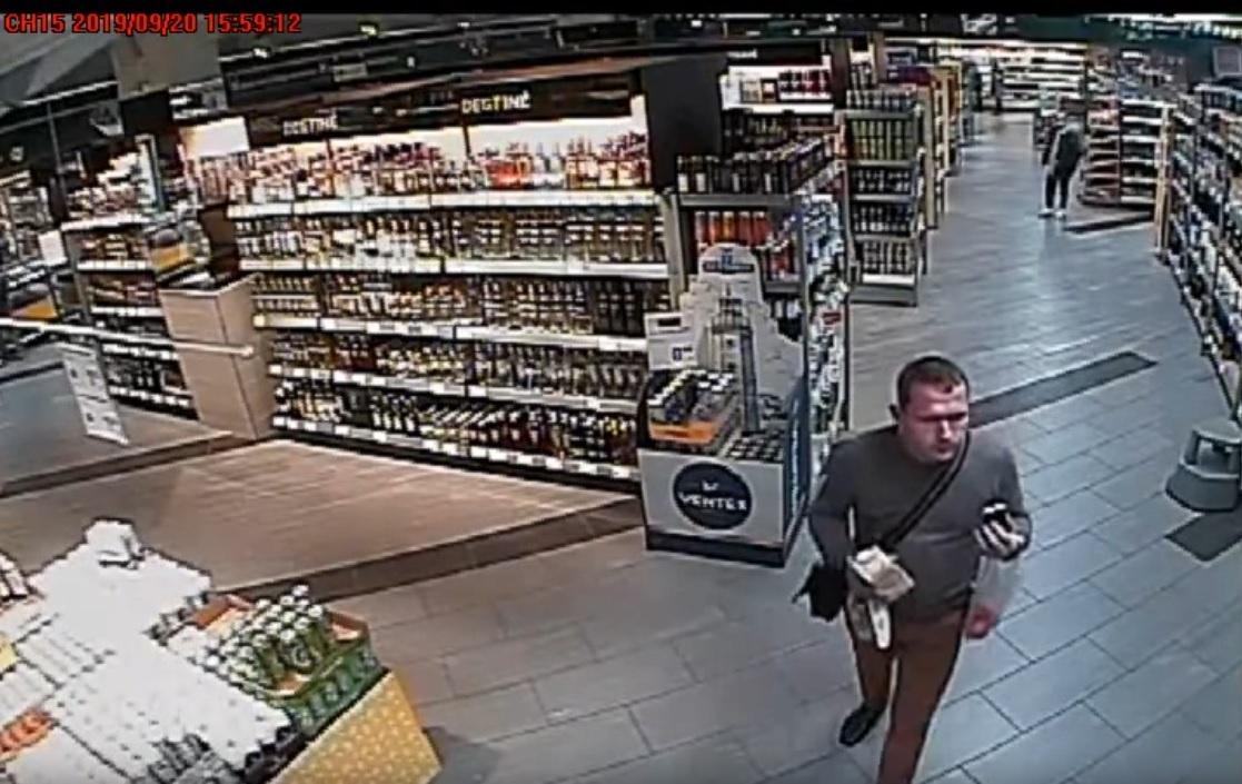 Nesusimokėjęs už alkoholį pasišalino iš parduotuvės (vaizdo įrašas)