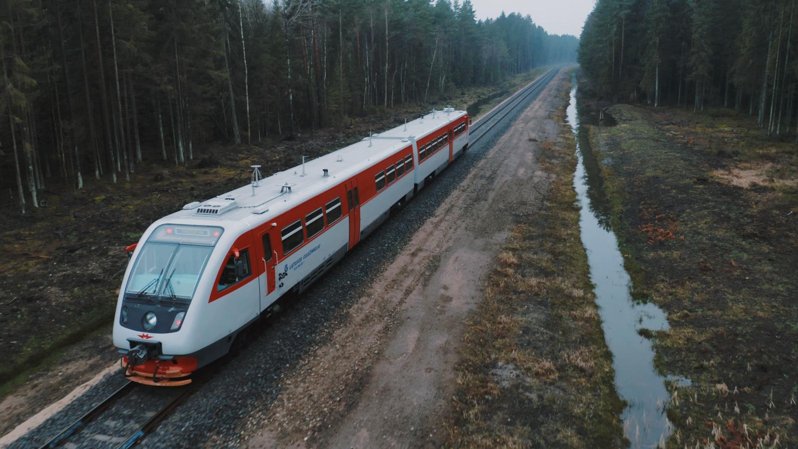 Savaitgalį išriedės pirmasis traukinys atstatytu geležinkelio ruožu į Rengę