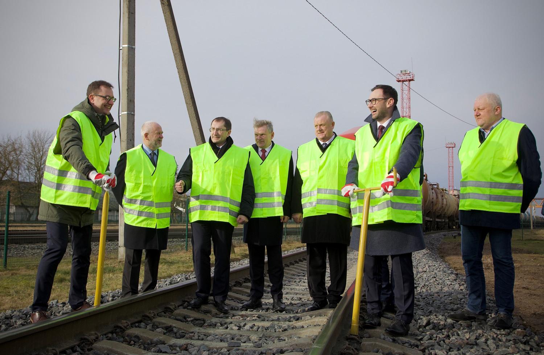 Atstatytu geležinkelio ruožu į Rengę riedėjo pirmieji kroviniai