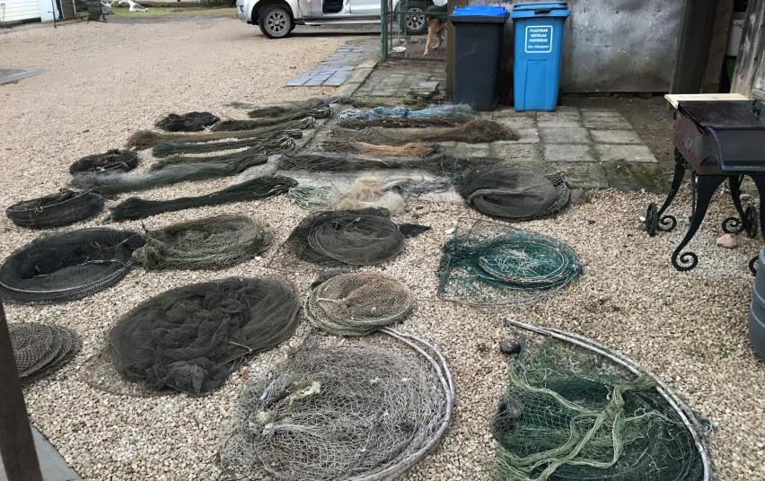 Ūkiniame pastate – beveik trys dešimtys įvairių nemėgėjiškos žvejybos įrankių