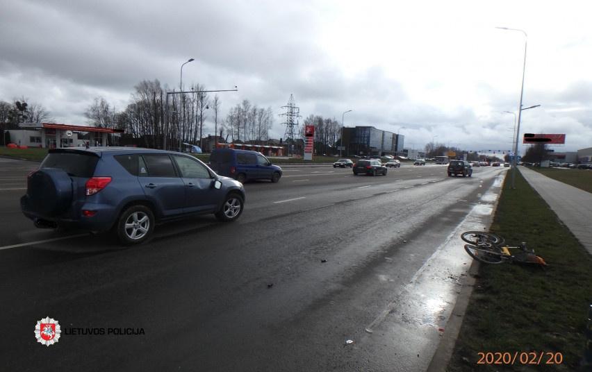Kaune automobilis partrenkė dviratininką
