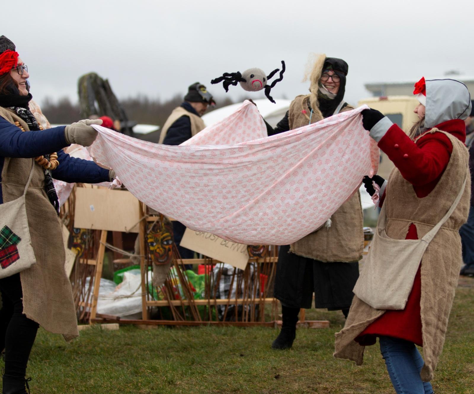 Persirengėliai pokštauti rinkosi prie Žaliūkių vėjo malūno