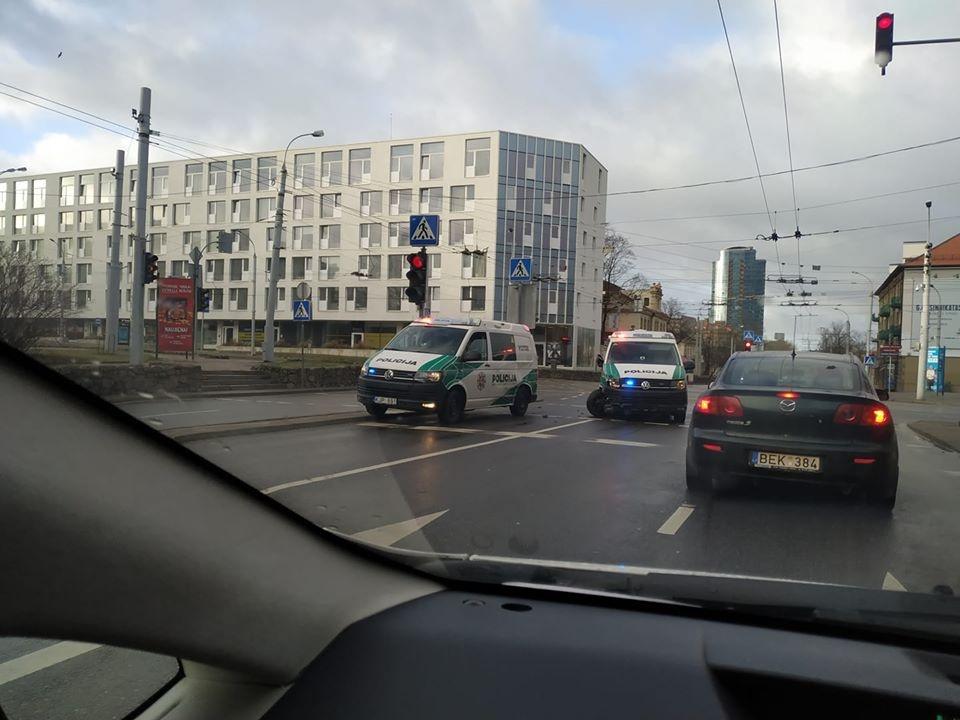 Sankryžoje susidūrė du policijos automobiliai