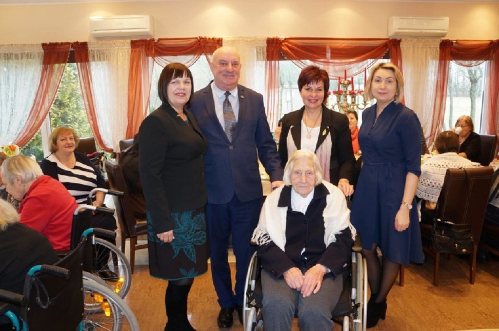 Pasveikinta 102-ąjį gimtadienį minėjusi senjorė