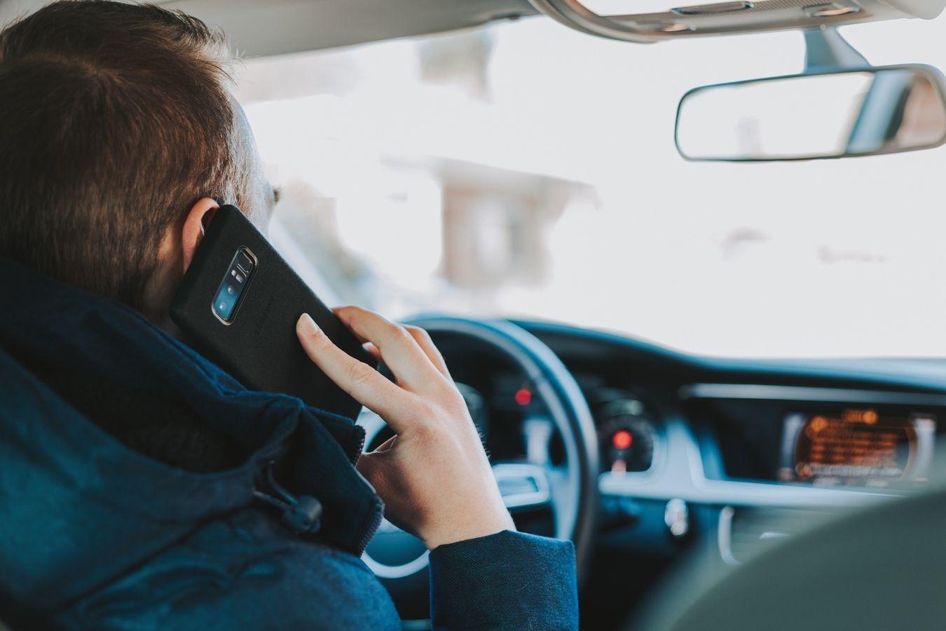 Nors ir pripažįsta problemą, įpročio naudotis telefonu prie vairo lietuviai neatsisako