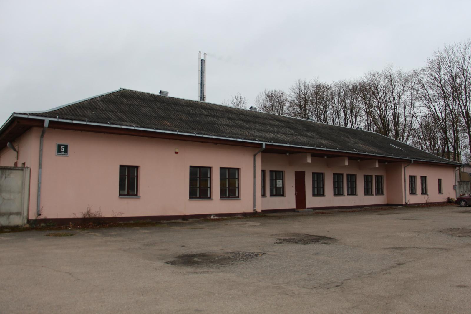 """AB """"Šiaulių energija"""" elektroniniame aukcione parduoda stalių dirbtuvių pastatą su priklausiniais ir įranga Rėkyvoje"""