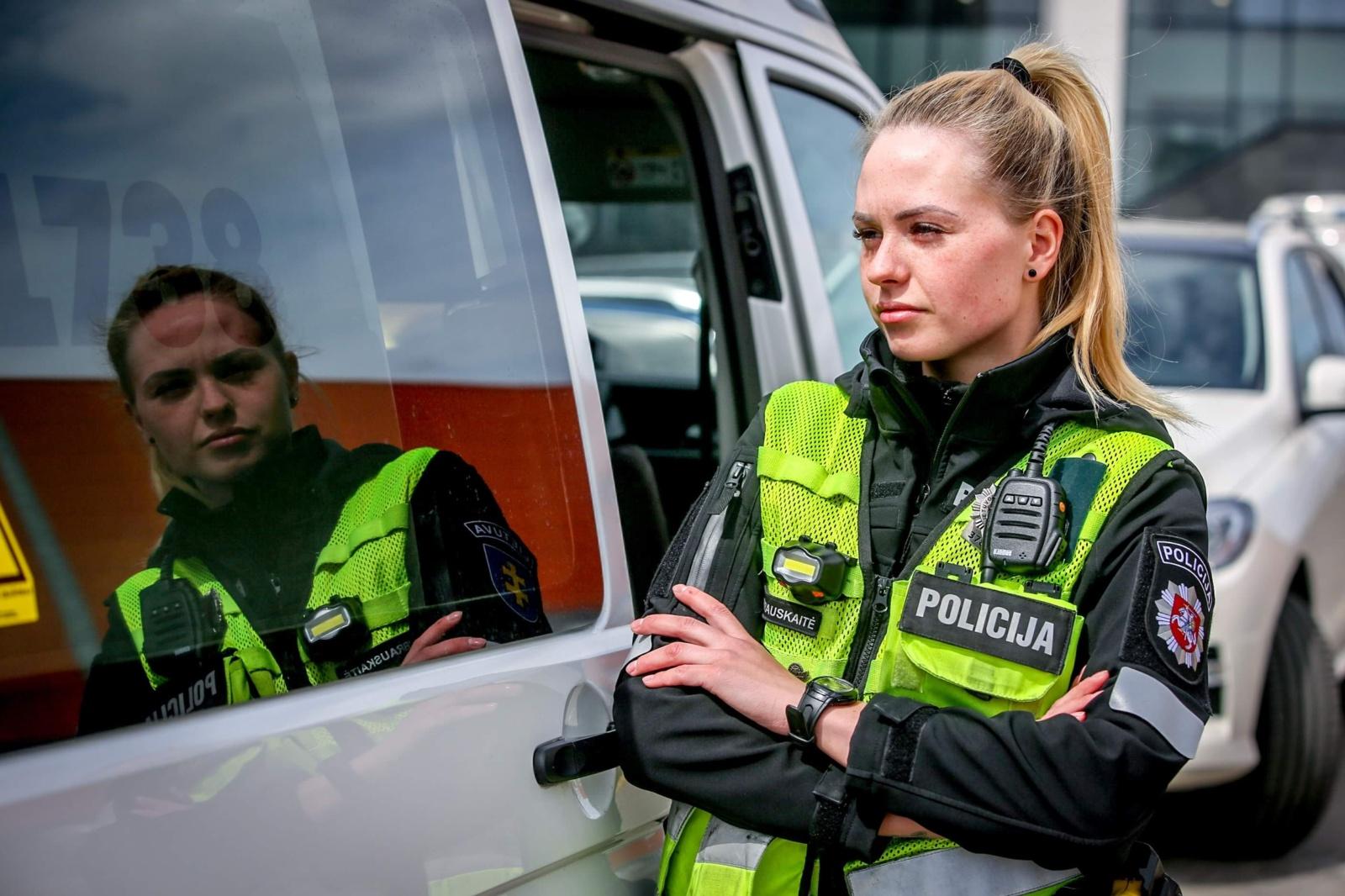 Gražuolė policijos pareigūnė Ina: dieną žmonės nori nusifotografuoti, o vakare – iškeikia