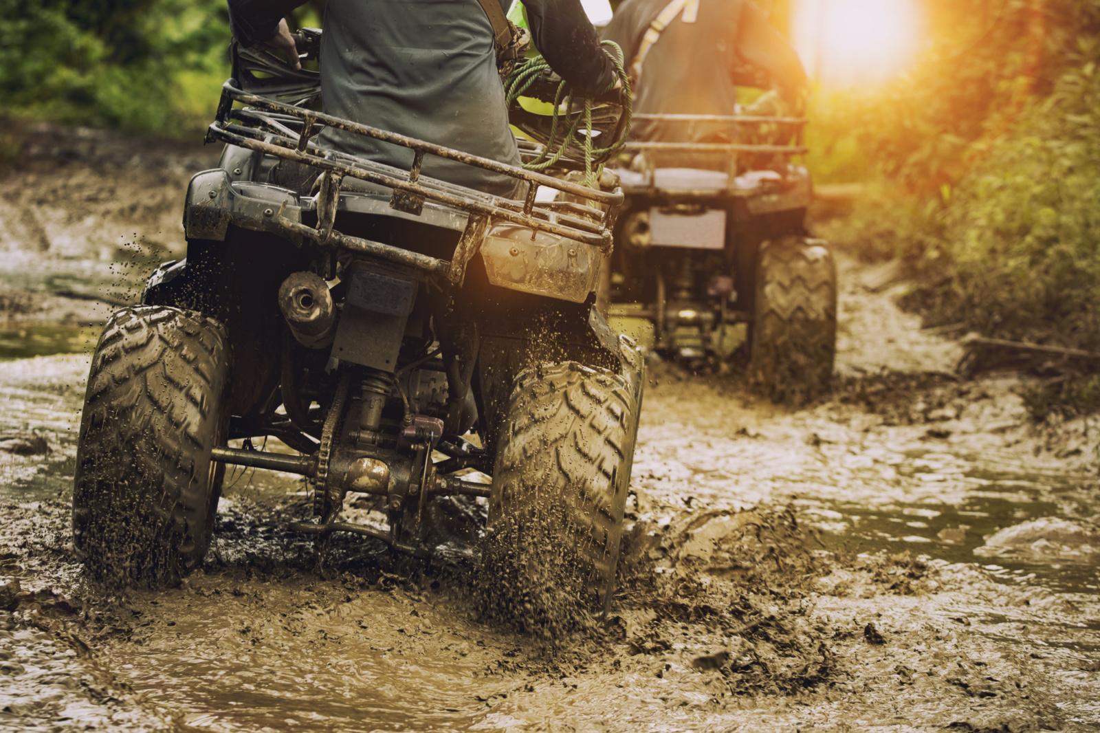 Jurbarko rajone keturračių vairuotojai išvažinėjo pievą ir sumušė tris žmones