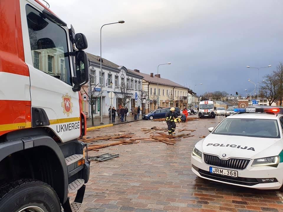 Tragiška nelaimė Ukmergėje: vėjo nuplėštas stogas užmušė moterį