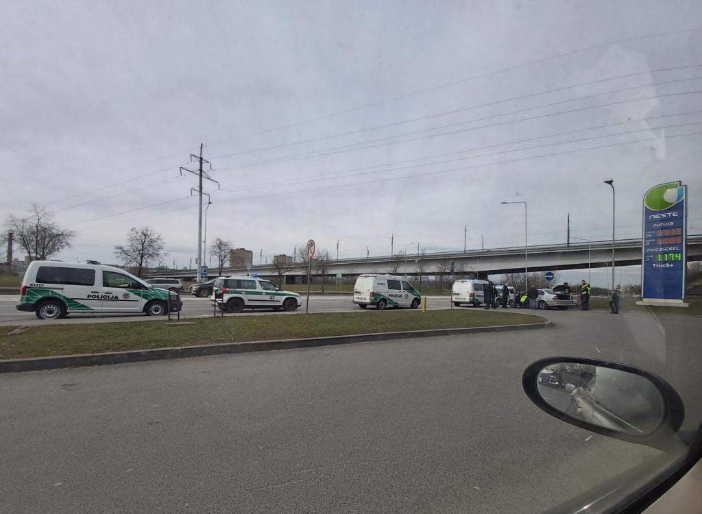 """Gausios policijos pajėgos Jonavos gatvėje stabdė pavojingai važiavusį """"BMW"""""""