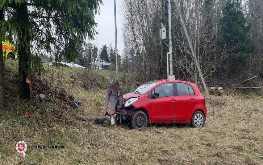 Utenoje senjoro vairuojamas automobilis rėžėsi į medį