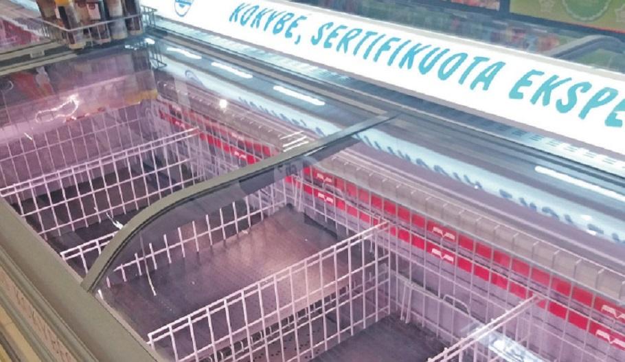 Apimti panikos plungiškiai šluote šluoja maisto parduotuvių lentynas