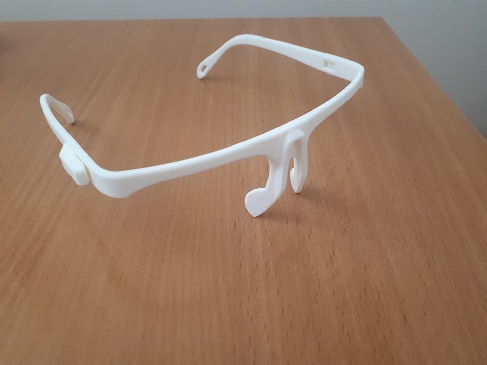 Rietave gyventojai gamina apsauginius akinius medikams