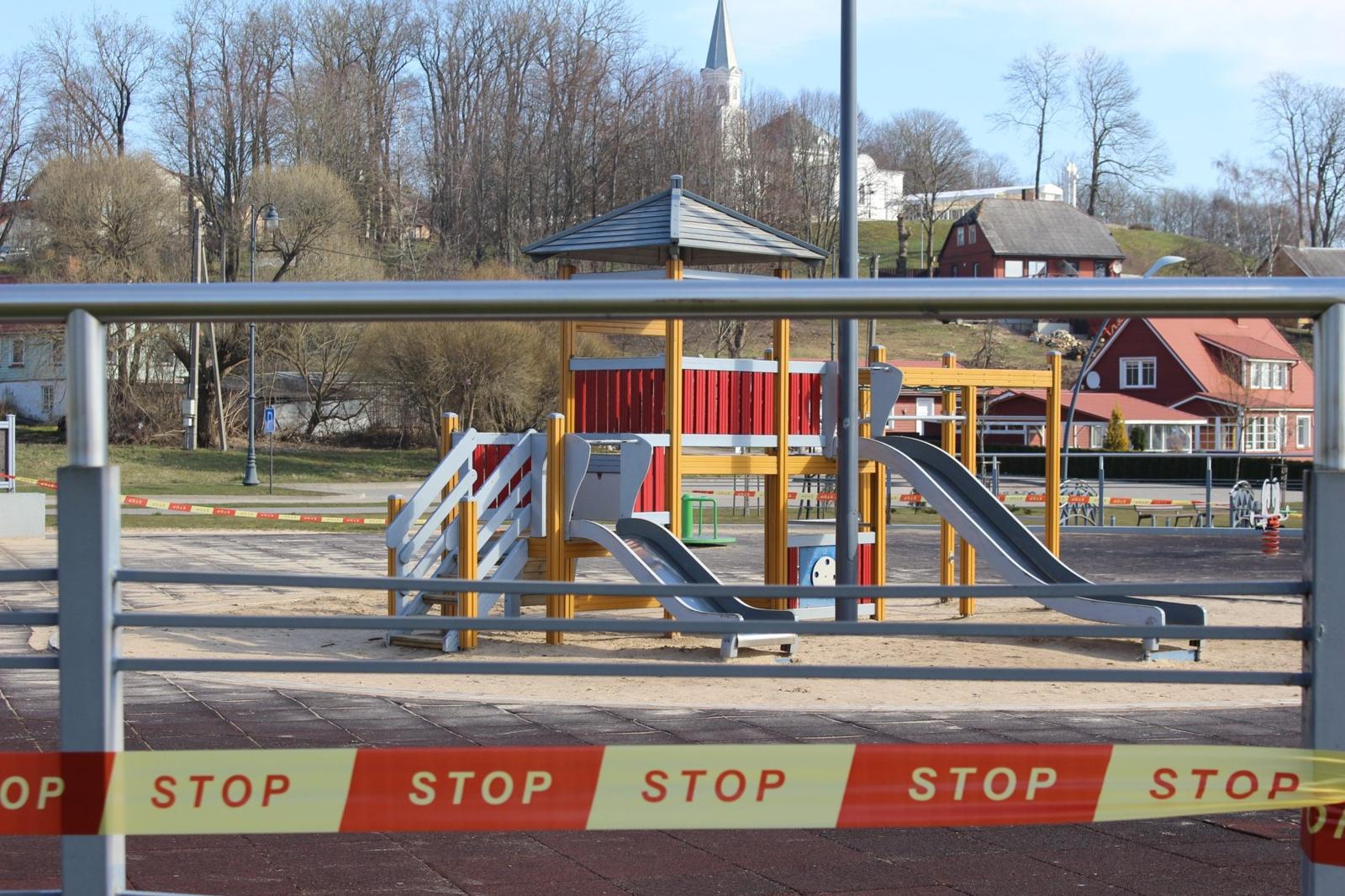 Telšiuose vaikų žaidimų aikštelės aptvertos stop juosta