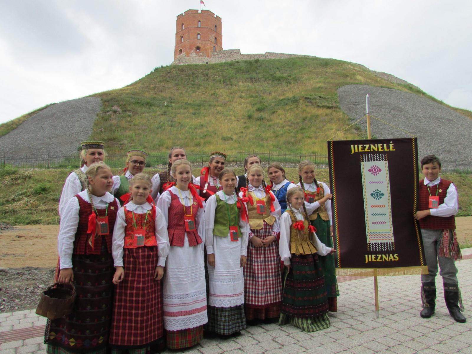Jiezne gilias folkloro tradicijas puoselėja ir suaugusieji, ir vaikai