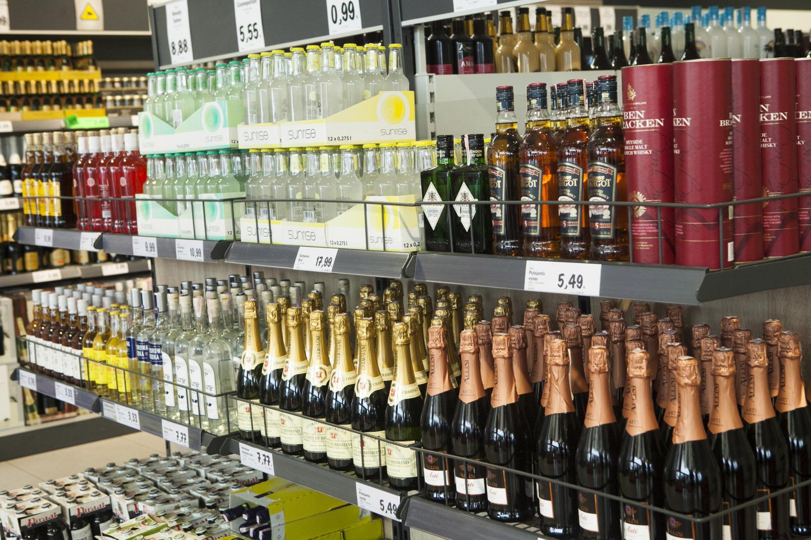 Ministerijos nesutaria, ar ilginti alkoholio pardavimo laiką sekmadieniais