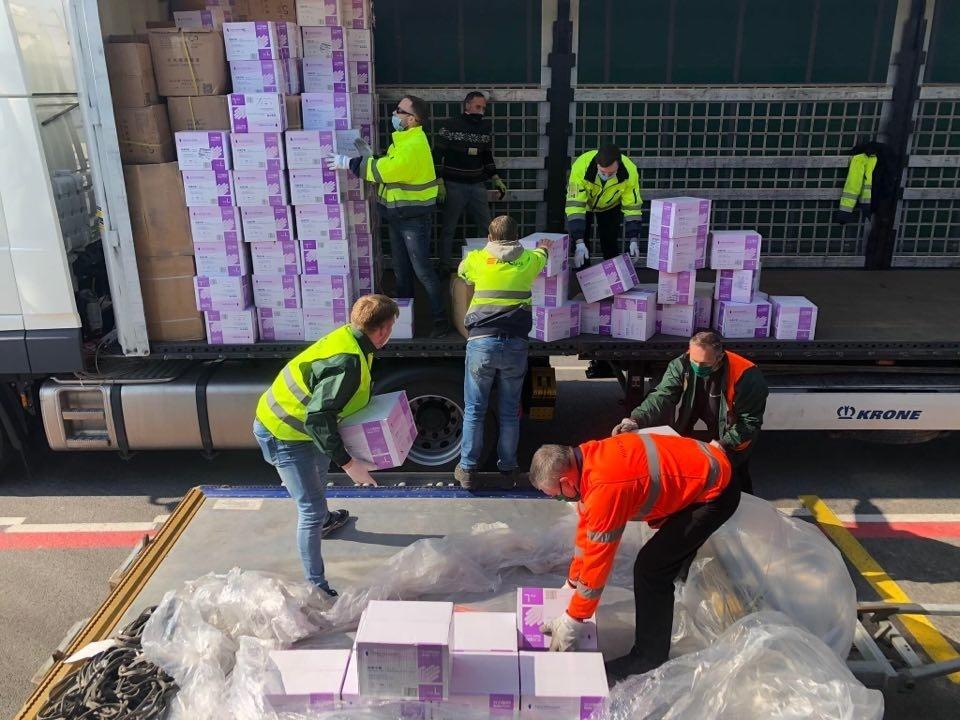 Iš Kinijos atgabenta dar 40 tonų apsaugos priemonių medikams