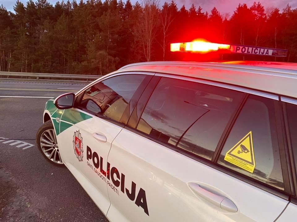 Patikros poste – įžūlus vairuotojo elgesys: atsikalbinėjo, priešinosi ir spyrė pareigūnui į koją (vaizdo įrašas)