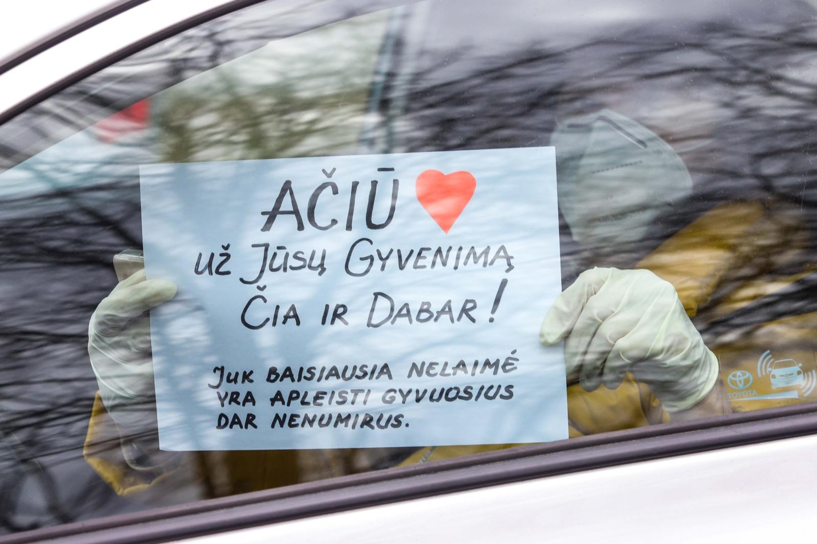 Sostinėje savo automobiliuose šimtai tikinčiųjų meldėsi už medikus ir sergančiuosius