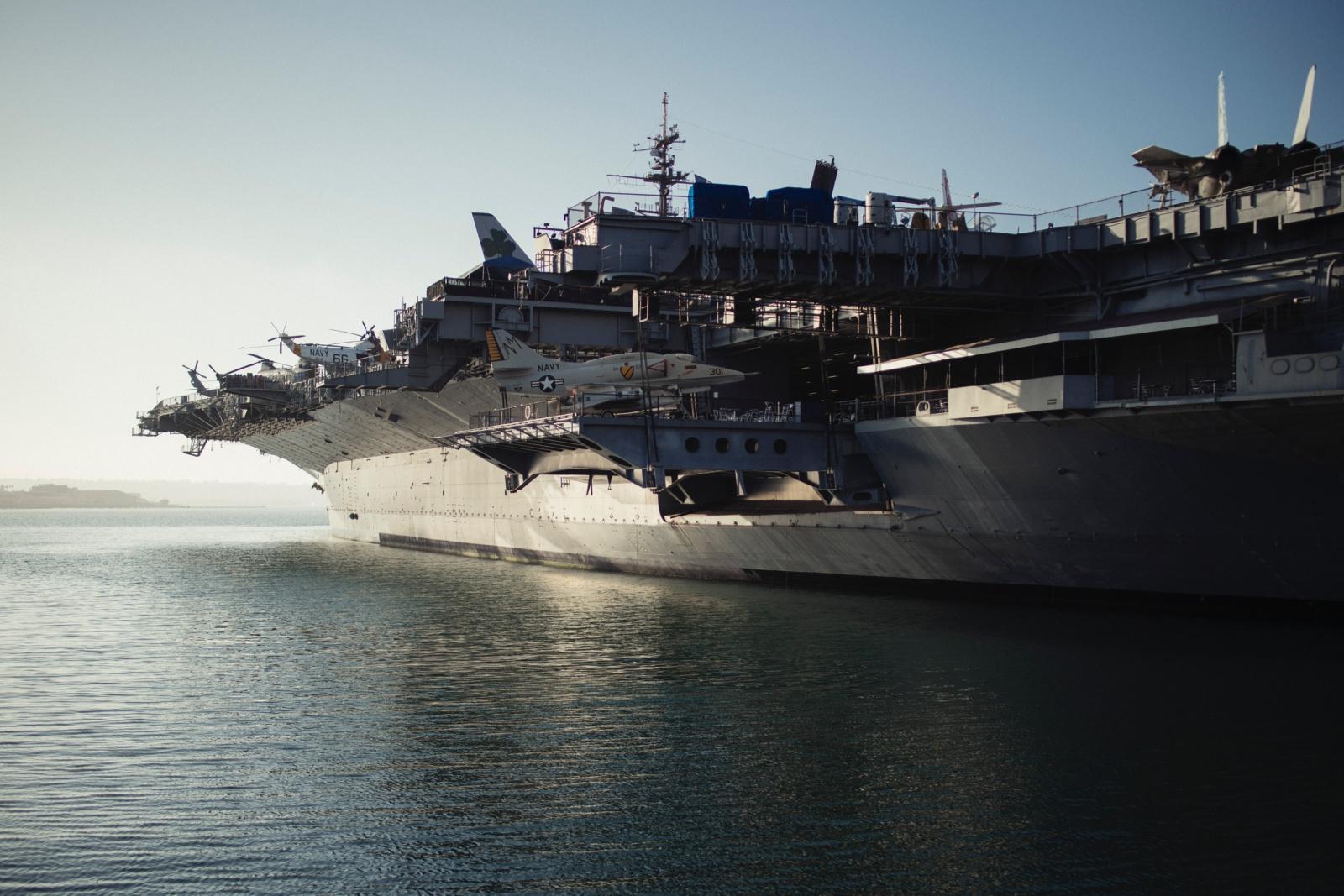 JAV laivynas neskuba priimti sprendimo dėl atleisto COVID-19 apimto lėktuvnešio kapitono