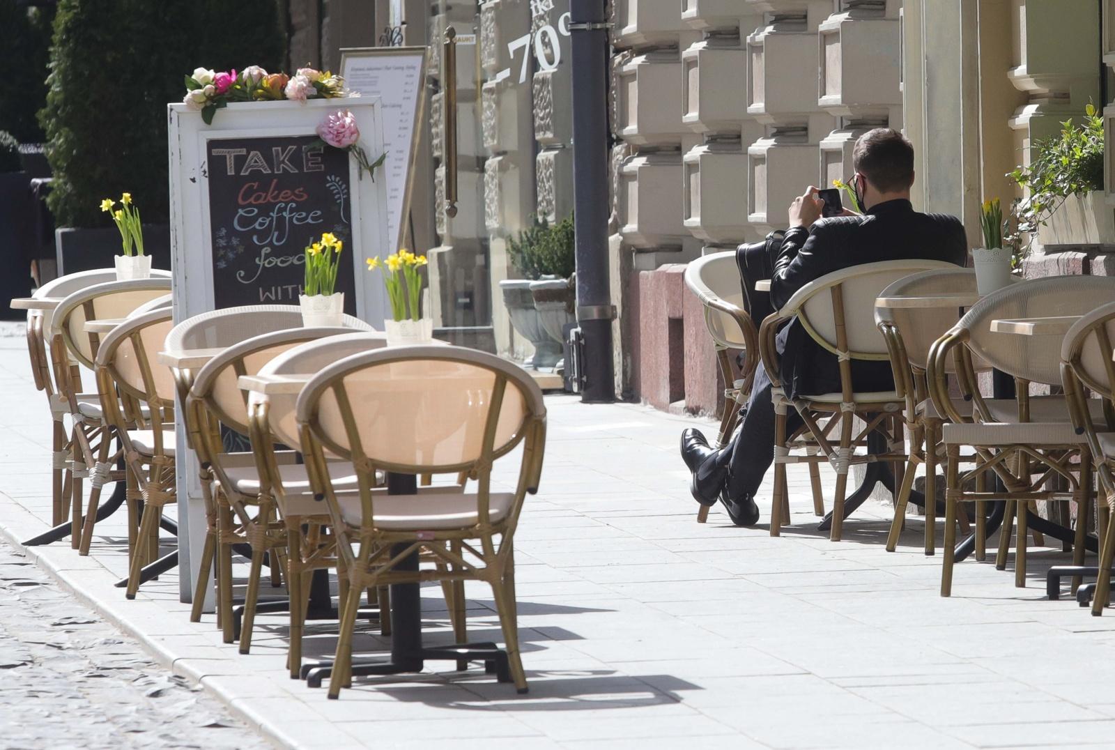 Ministerija: reikia suderinti atitinkamas alkoholio kontrolės įstatymų nuostatas dėl prekybos alkoholiu lauko kavinėse