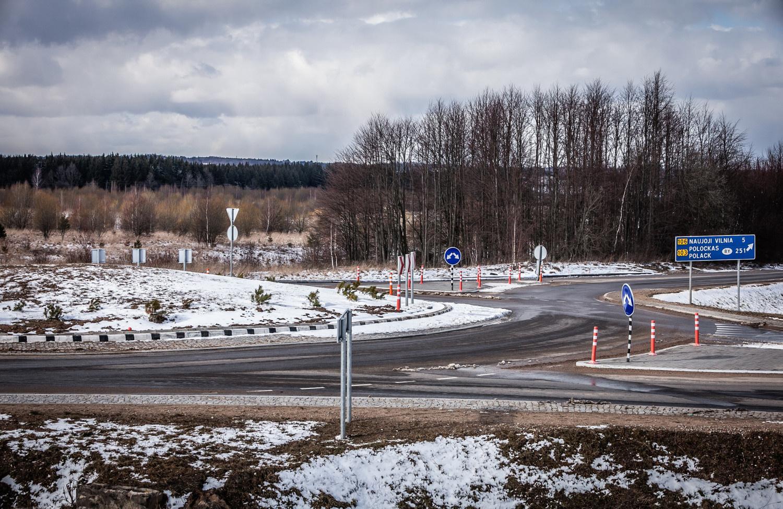 Žiemą primenantys orai į kelius privertė išriedėti kelių priežiūros techniką