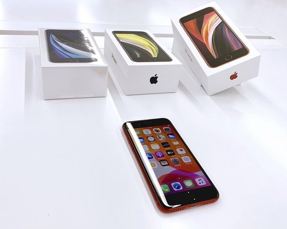 """Antros kartos """"iPhone SE"""" apžvalga: sugrįžęs mygtukas ir įdiegti naujausių flagmanų privalumai"""