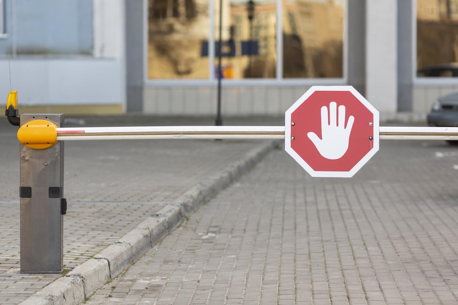 Vilniuje vairuotojas jėga pakėlė automatinį stovėjimo aikštelės užkardą ir išvažiavo