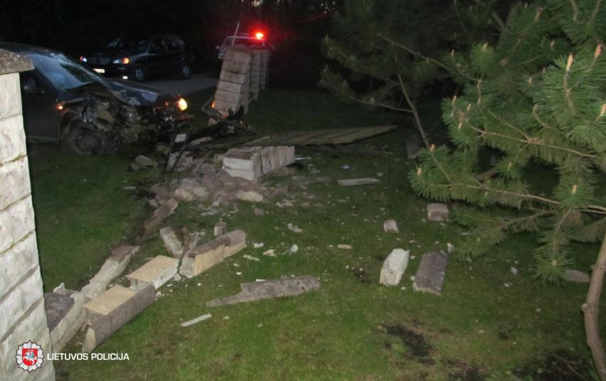 Raseinių rajone neblaivaus vyro vairuojamas automobilis rėžėsi į tvorą